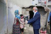 Başkan Gültak, vatandaşlara erzak dağıttı, çocukları oyuncaklarla sevindirdi