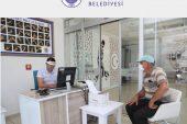 Erdemli Belediyesi Vergi ödemelerinde vezneden ödemeyi tercih eden vatandaşlar için belediye girişinde oluşturulan veznede hızlı ve hijyen koşullarında hizmet sunuluyor.