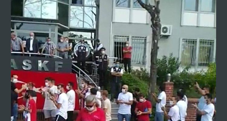 Amatör Futbolcular,ASKF İstinye Orhan Saka Amatörler Evine giderek kramponlarını ve formalarını bırakarak protesto ettiler