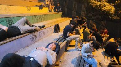 'Barınamıyoruz' diyen öğrenciler geceyi banklarda geçirdi